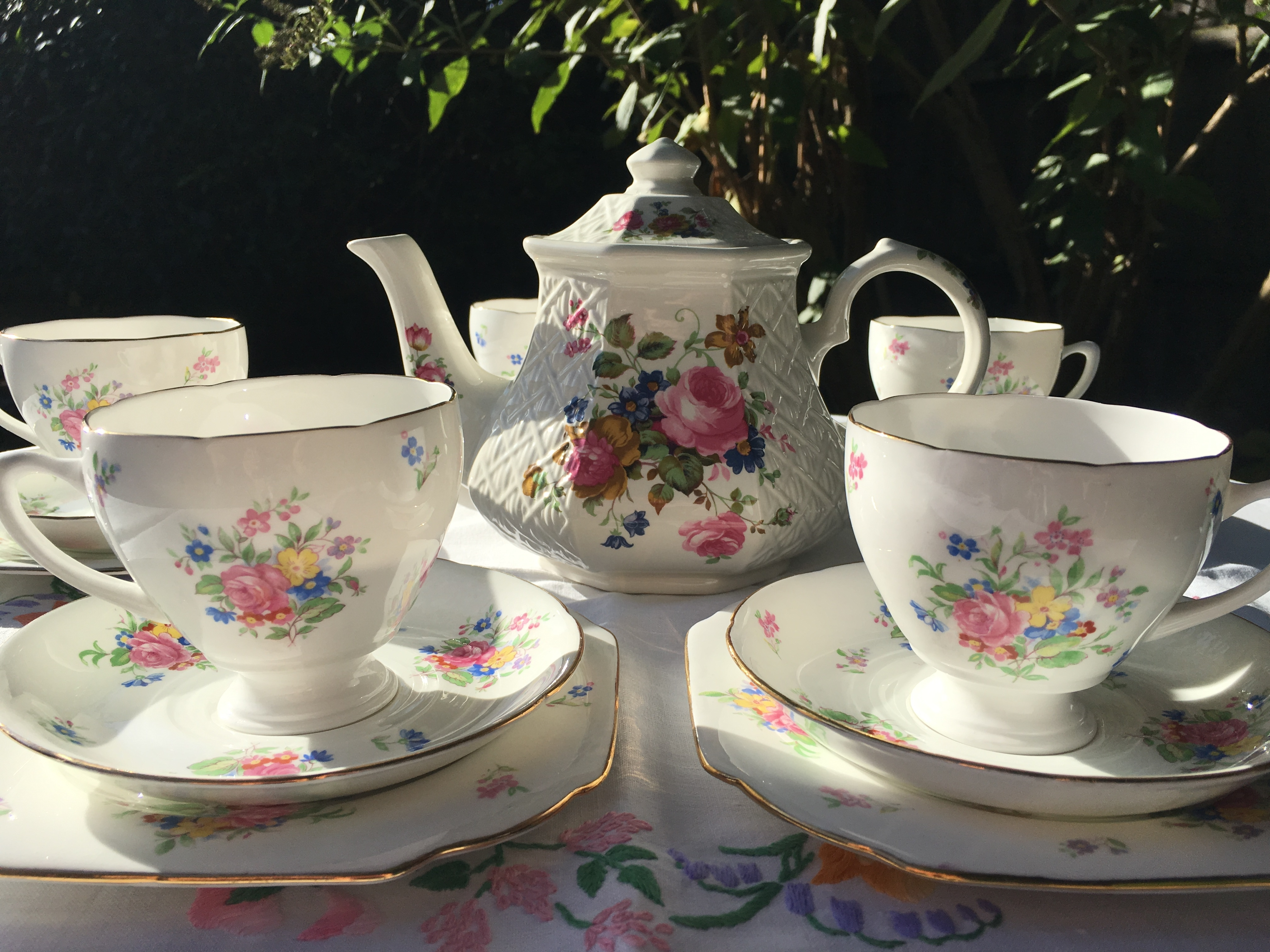 Sadler teapot with pretty vintage teaset